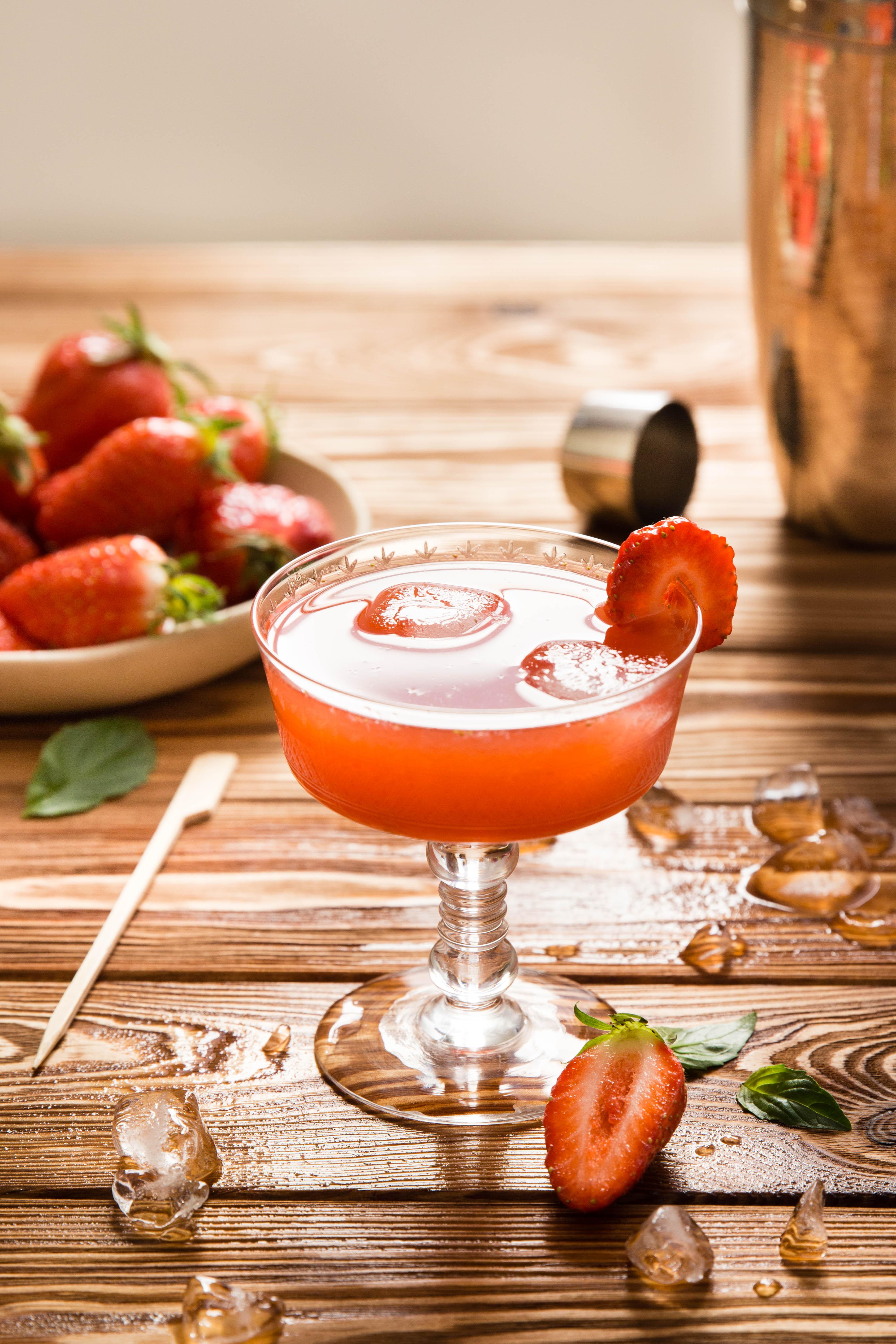 Cocktail au cidre rosé, pamplemousse fraise et sirop d'érable - photography