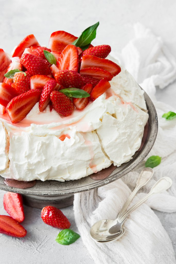 Pavlova aux fraises et basilic - photography