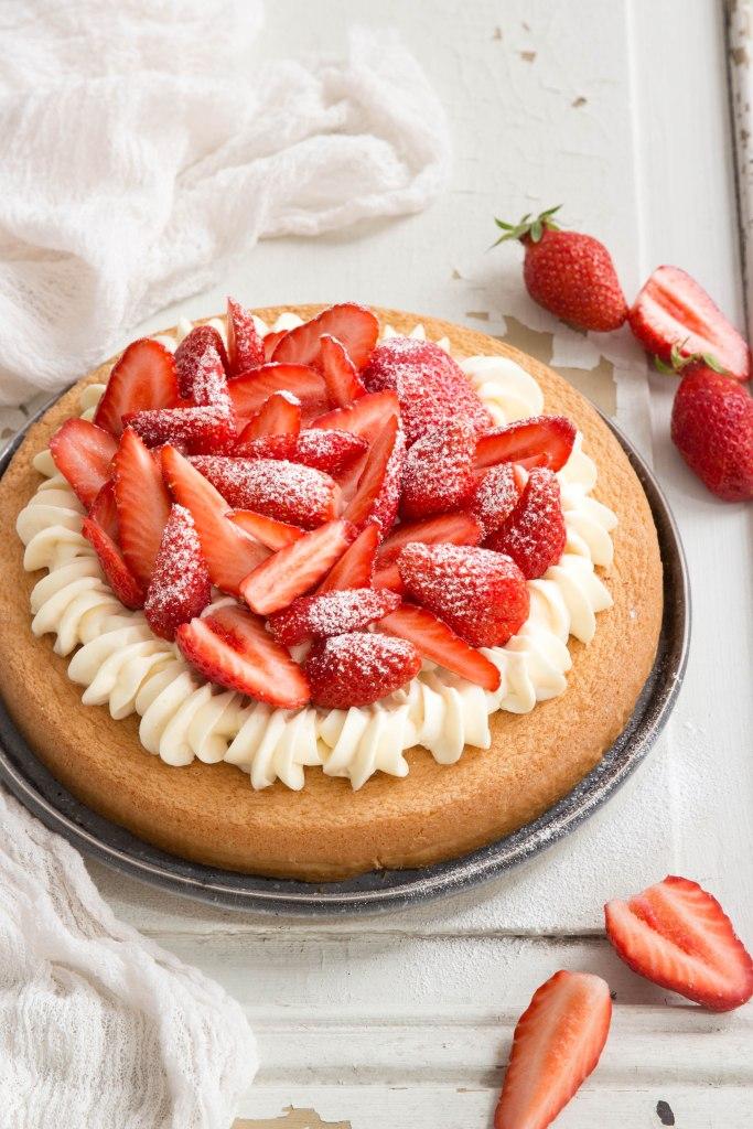 Tarte génoise aux fraises et chocolat blanc - photography