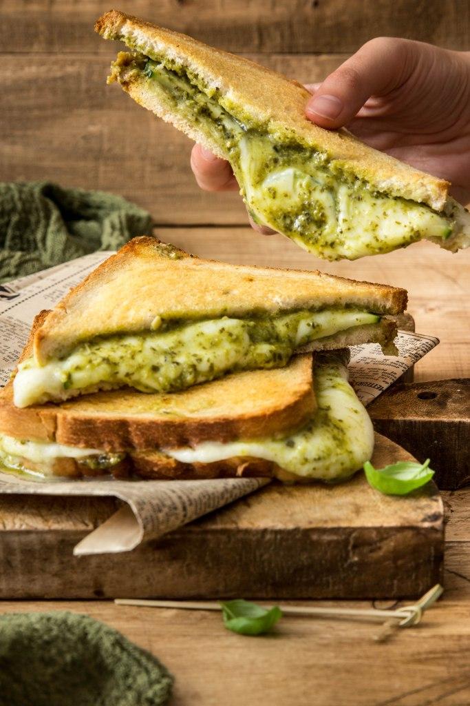 Croque-monsieur italien au pesto de basilic, courgette et mozzarella - street food photography