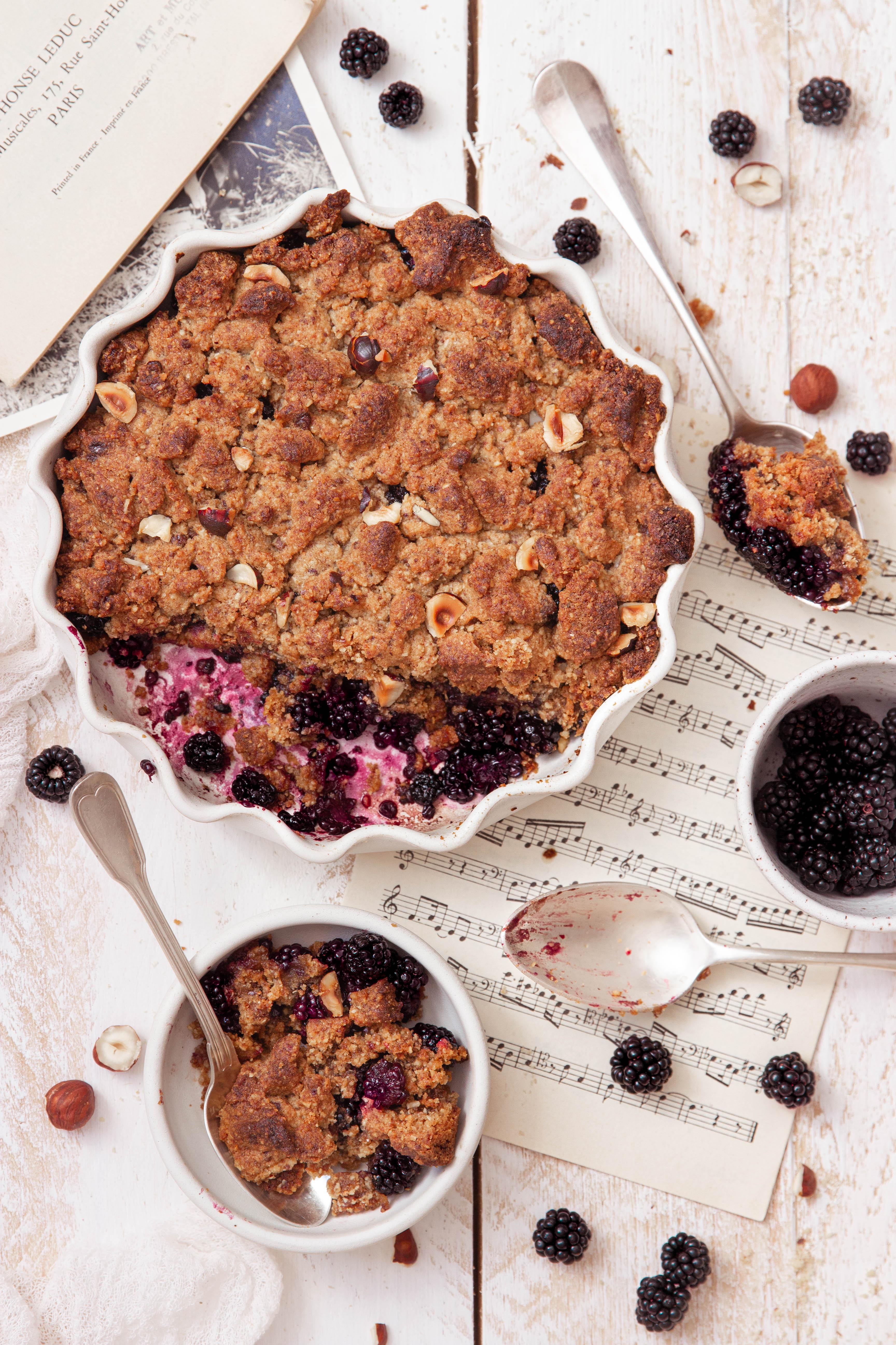 Crumble aux mûres et sucre complet - blackberry crumble photography